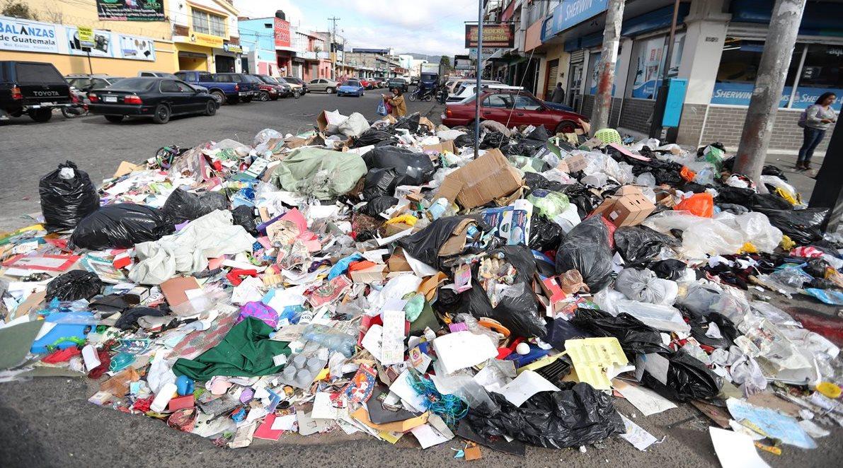 Cúmulos de basura aparecieron en varias calles y avenidas de Xela debido a la suspensión del servicio de extracción de basura por el cierre del paso al vertedero municipal. (Foto Prensa Libre: Mynor Toc)