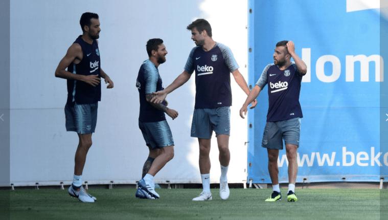 Lionel Messi durante su primer entrenamiento con el FC Barcelona. A su lado Piqué, Busquets y Alba. (Foto Prensa Libre: FC Barcelona)