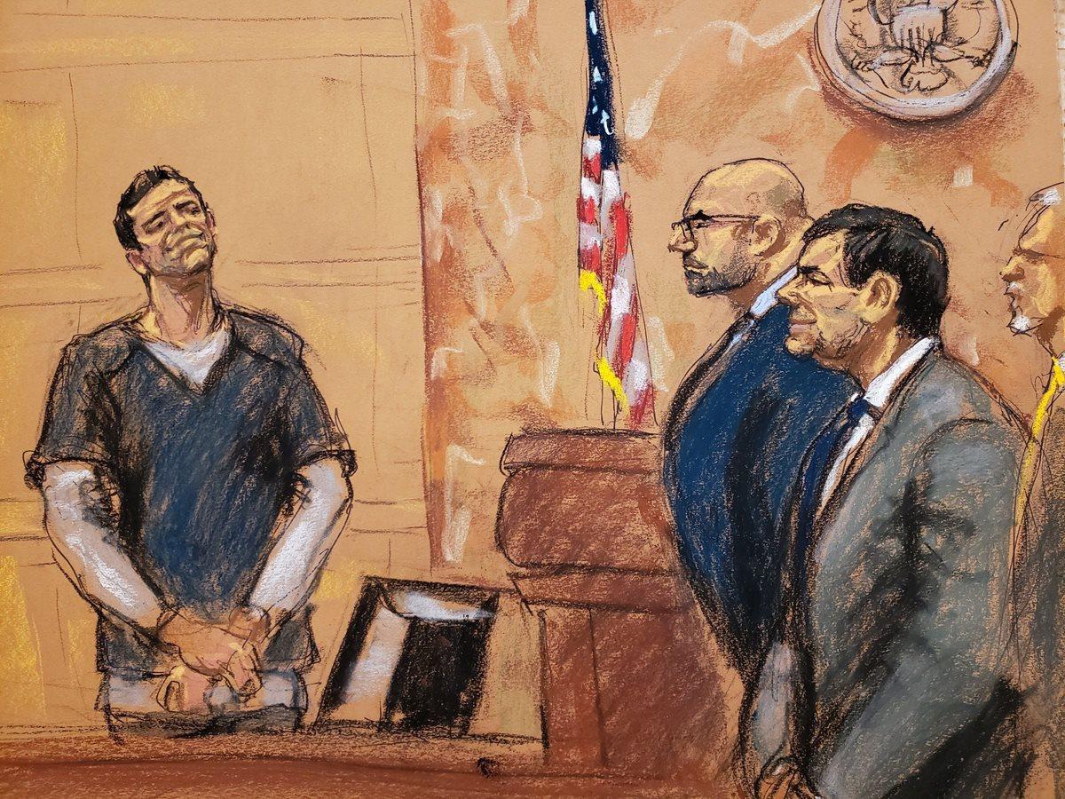 """Foto ilustración del breve saludo entre el hijo del """"Mayo"""" Zambada (izquierda) y """"el Chapo"""" (primer plano), durante el juicio en Nueva York. (Foto Prensa Libre: EFE)"""