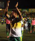 Amarini Villatoro, técnico de Guastatoya, agradece el apoyo de los seguidores del equipo. (Foto Prensa Libre: Carlos Vicente).
