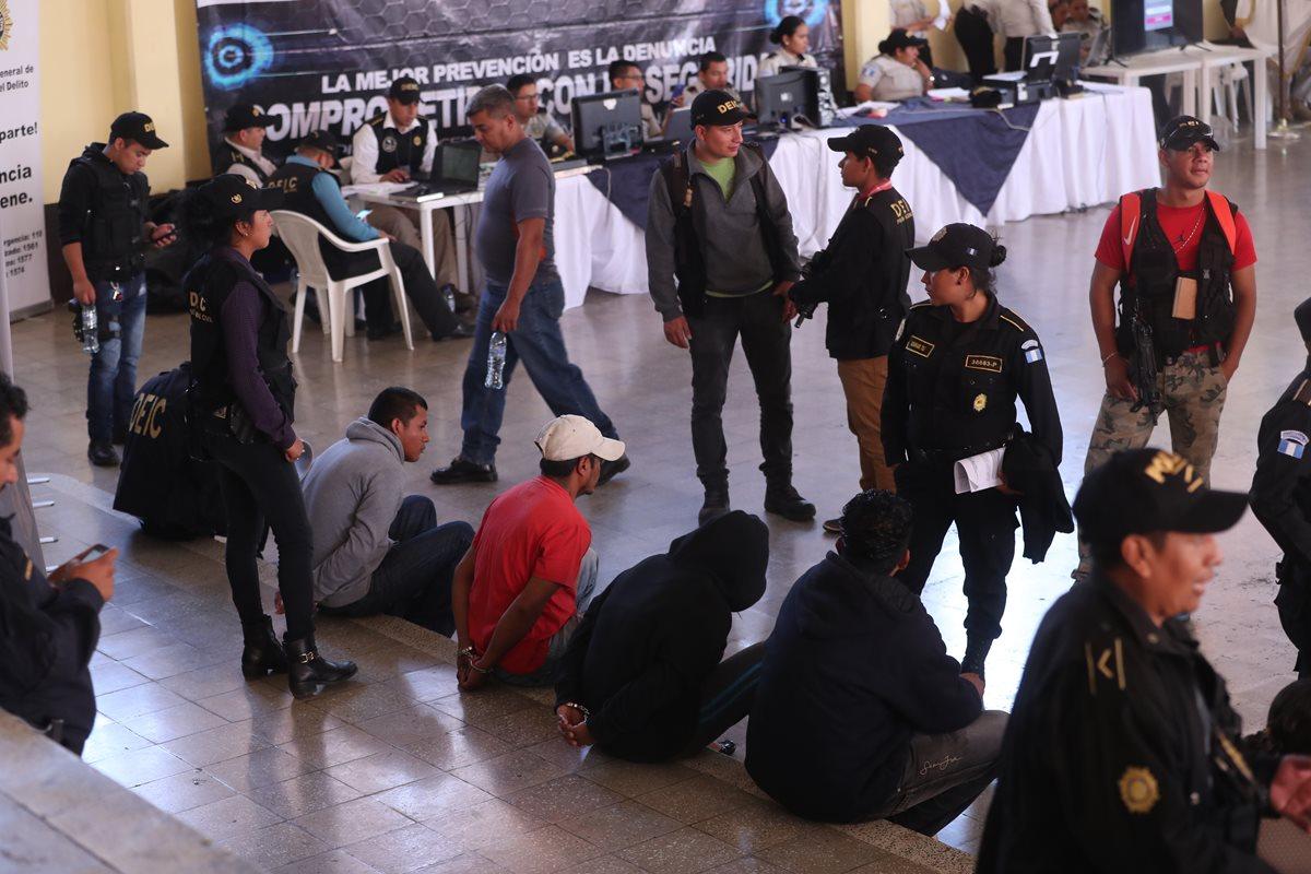 En el Club de la Policía Nacional Civil se instaló el comando central para el registro de los detenidos en los allanamientos contra extorsionistas. (Foto Prensa Libre: Érick Ávila)