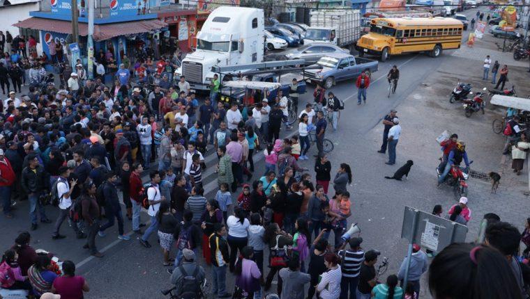 El alcalde Juan José Cuá Hernández dialoga con pobladores de El Tejar que mantienen bloqueo en la ruta Interamericana, el 2 de febrero último. (Foto Prensa Libre: Víctor Chamalé)