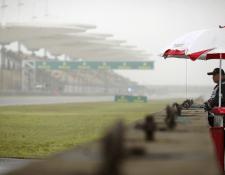 El Gran Premio de China se vio afectado por la neblina que cubrió la pista. (Foto Prensa Libre: AP)
