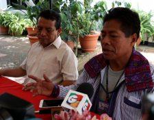 Sebastián Toledo y Francisco Martín hablan sobre los derechos de las personas con capacidades especiales. (Foto Prensa Libre: Mike Castillo)