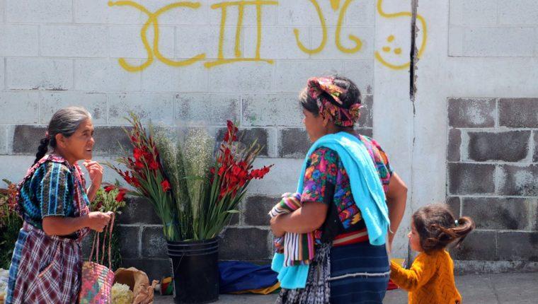Grafitis de pandillas se observan en viviendas de San Miguel Siguilá, Quetzaltenango. (Foto Prensa Libre: Carlos Ventura)