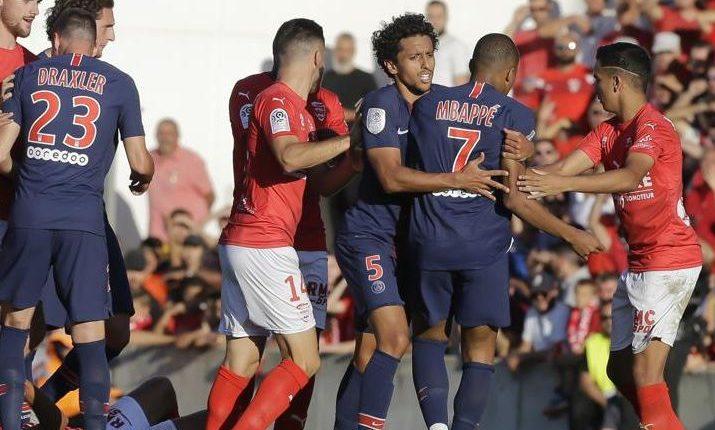 Kylian Mbappé fue expulsado en el partido del sábado del París SG contra el Nîmes. (Foto Prensa Libre).