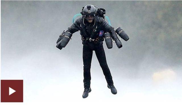 """El """"Iron Man"""" que batió un récord mundial al sobrevolar un lago con un traje de propulsión"""