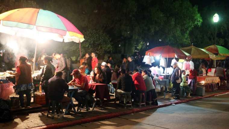 Vendedores informales se instalan en el parque central de Xela, donde se conectan de manera ilegal para obtener energía eléctrica. (Foto Prensa Libre: Carlos Ventura).