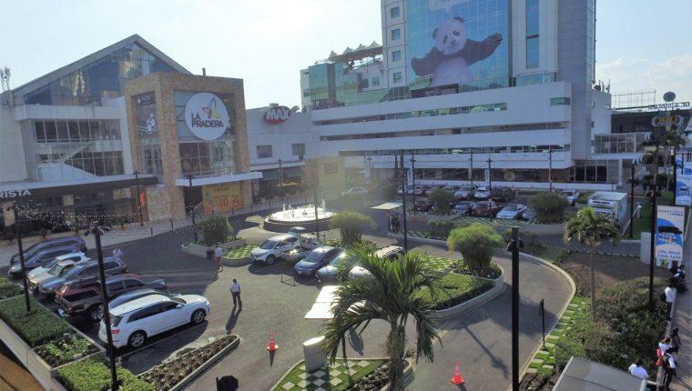 Según los administradores del centro comercial, La Pradera, el robo ocurrió en menos de cuatro minutos. (Foto Prensa Libre: Estuardo Paredes)