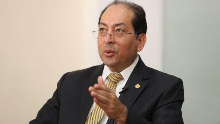 Sergio Recinos, presidente del Banco de Guatemala, explicó los fenómenos que han afectado la cotización del dólar. (Foto Prensa Libre: Esbin García)