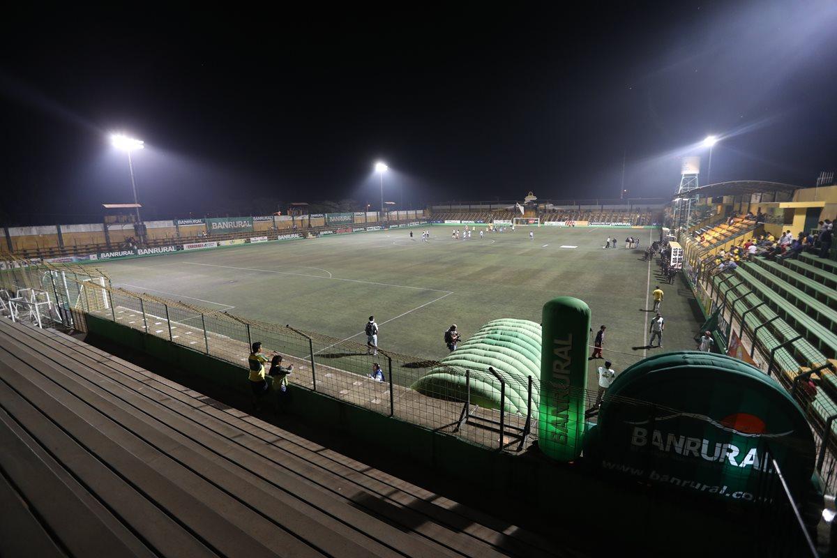El estadio Julio Armando Cóbar, de San Miguel Petapa, volverá a vivir la fiesta del futbol guatemalteco, mañana, en el juego de su representantivo contra Malacateco (Foto Prensa Libre: Edwin Fajardo)