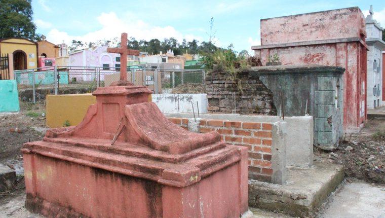 Callejones del cementerio de la cabecera de Jalapa, donde vecinos aseguran que han visto un misterioso sepelio de niños. (Foto Prensa Libre: Hugo Oliva)
