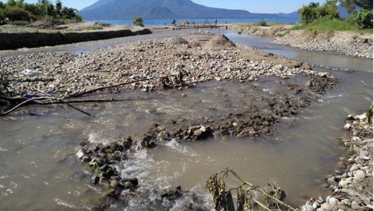 Expertos han advertido que si no se toman acciones para preservar y conservar el Lago de Atitlán para el 2023 el manto de agua se habrá perdido. (Foto Prensa Libre: Hemeroteca)