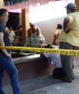 Curiosos permanecen en el lugar donde murió la víctima en Huité, Zacapa. (Foto Prensa Libre: Víctor Gómez).