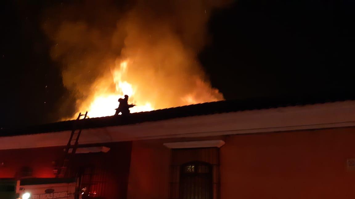 Socorristas de varios departamentos han llegado a Antigua Guatemala para sofocar un incendio que comenzó a las 0.15 horas de este martes, 1 de enero de 2019. (Foto Prensa Libre: Julio Sicán)