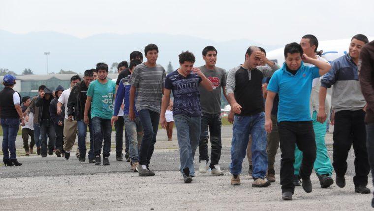Migrantes deportados ingresan a las instalaciones de la Fuerza Aérea de Guatemala. (Foto Prensa Libre: Estuardo Paredes)