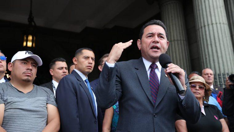 El presidente Jimmy Morales se dirige a los vendedores de La Terminal. (Foto Prensa Libre: Carlos Hernández)
