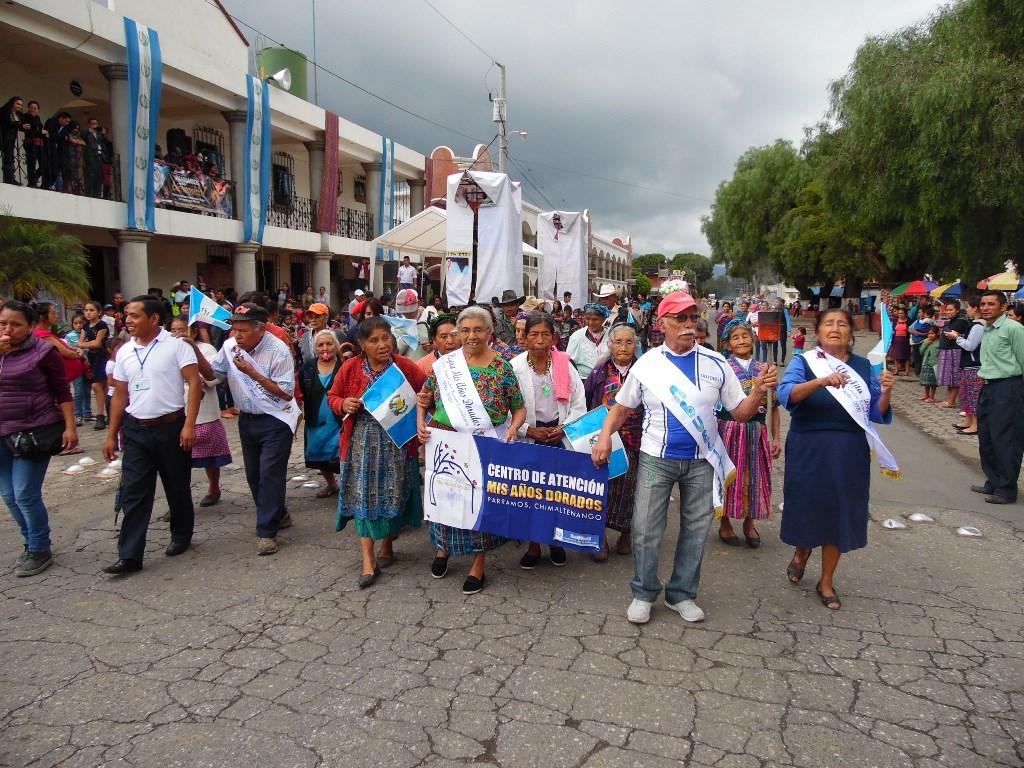 Personas de la tercera edad celebran fiestas patrias en Parramos. (Foto Prensa Libre: José Rosales).