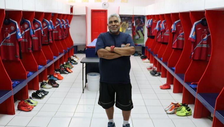 William Oroxom es el encargado que el camerino y la indumentaria de los chivos luzca impecables. (Foto Prensa Libre: Raúl Juárez)