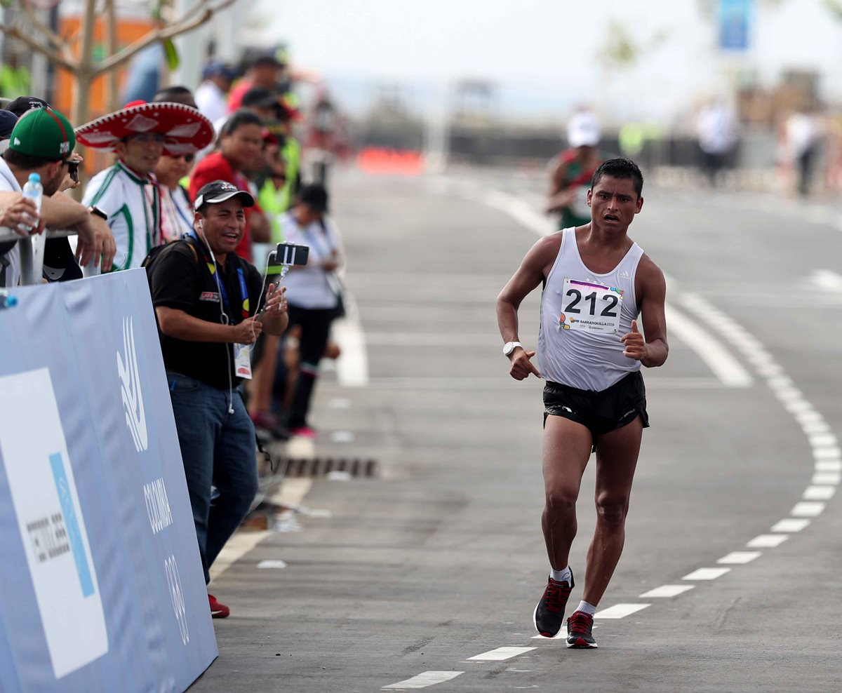 Èrick Barrondo sube al podio en Barranquilla 2018 al ganar la medalla de bronce en 20 kilómetros marcha. (Foto Prensa Libre: Carlos Vicente)