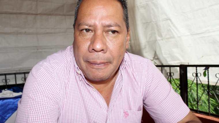 Florencio Carrascosa Gámez, jefe edil de Joyabaj, informa sobre la denuncia contra un grupo de policías. (Foto Prensa Libre: Óscar Figueroa).