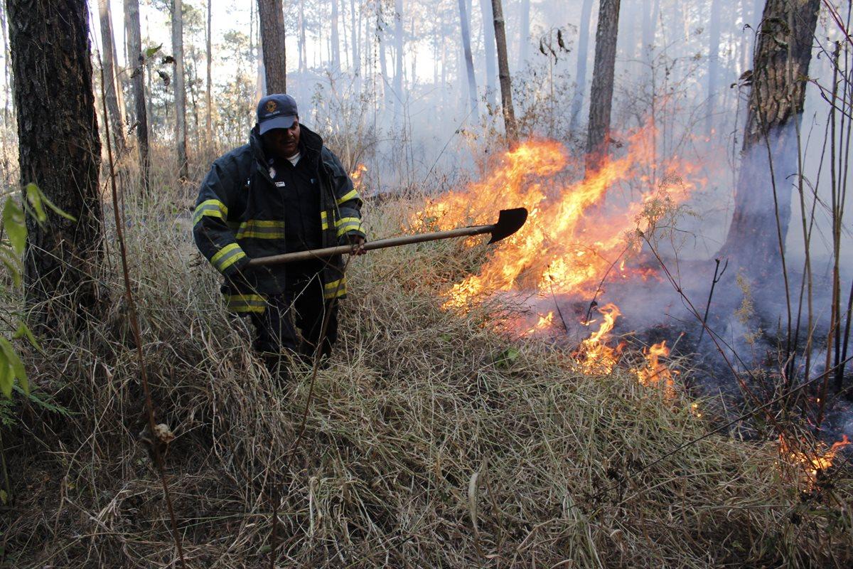 Socorristas aseguran que cada año atienden unos 40 incendios forestales en el bosque municipal. (Foto Prensa Libre: Víctor Chamalé)