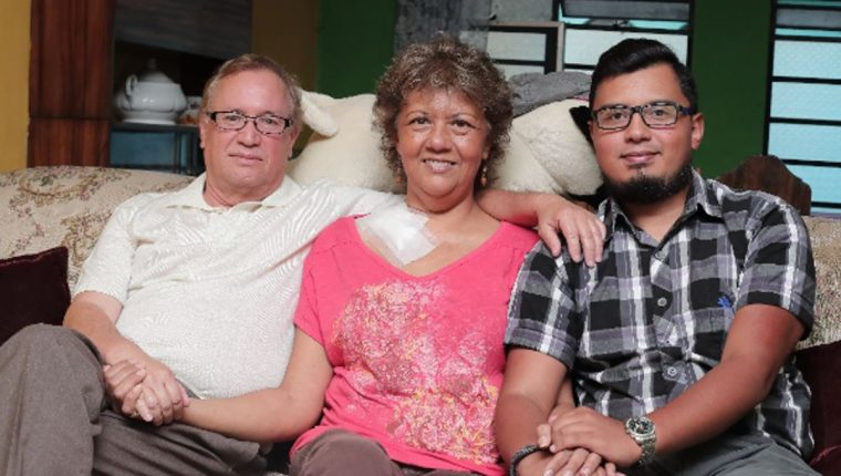 La familia Ovalle Valdez en la sala de su casa en la zona 7 de la capital. (Foto Prensa Libre: Juan Diego González).
