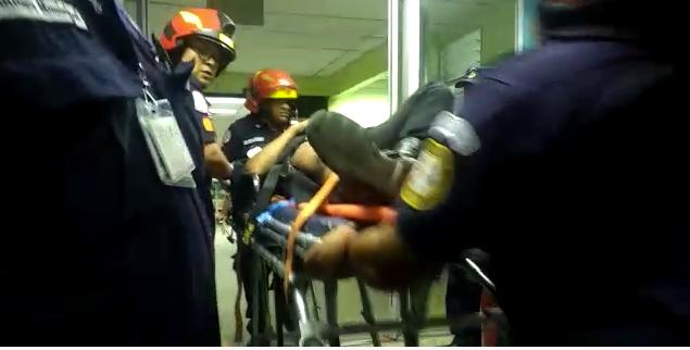 Los Bomberos Municipales trasladaron a varias personas heridas entre ellas dos agentes de la PNC que fueron baleados. (Foto Prensa Libre: CBM)