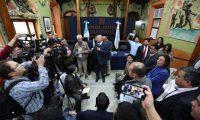 Los fiscales de los partidos políticos discuten una propuesta sobre la distribución e tiempos y espacios en la propaganda electoral. (Foto Prensa Libre: Carlos Hernández Ovalle)