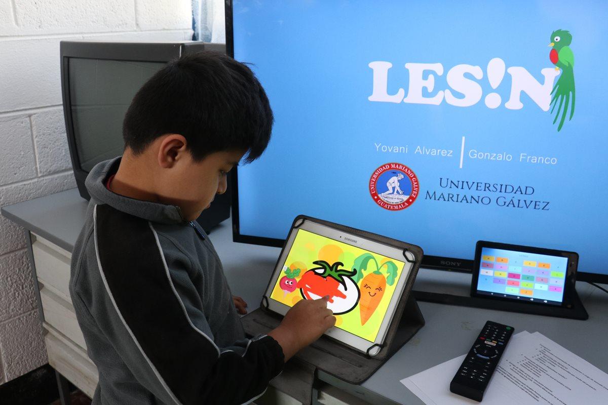 Los niños de educación especial de Fundabiem usaron por primera vez la App LES!N la cual tuvo una excelente aceptación. (Foto Prensa Libre: Raúl Juárez)