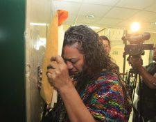 La gobernadora de Alta Verapaz, Estela Ventura, sale llorando de una citación con diputados oficialistas en el Congreso. (Foto Prensa Libre: Hemeroteca PL)