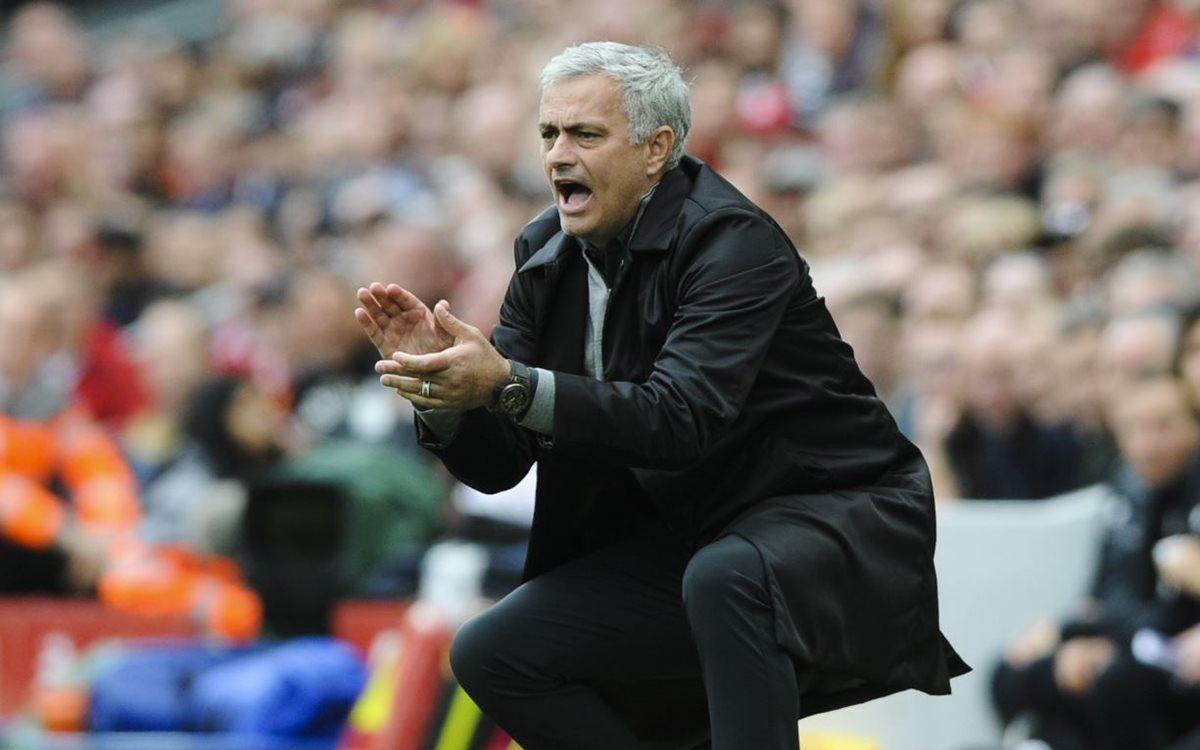 José Mourinho, técnico del Mánchester United, enfrentará al Benfica, el primer equipo que dirigió. (Foto Prensa Libre: AP).