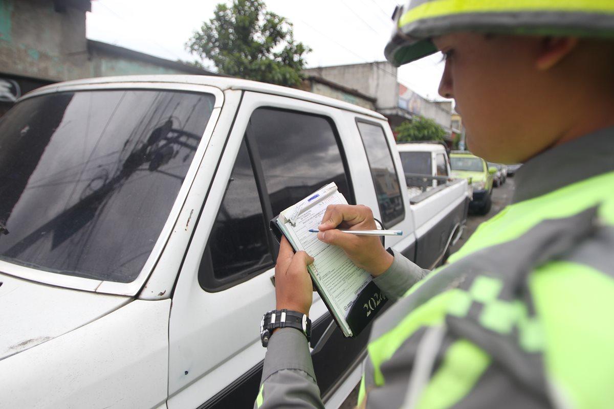 Agente de la Policía Municipal de Tránsito emite multa a un automovilista en la capital. (Foto Prensa Libre: Hemeroteca)