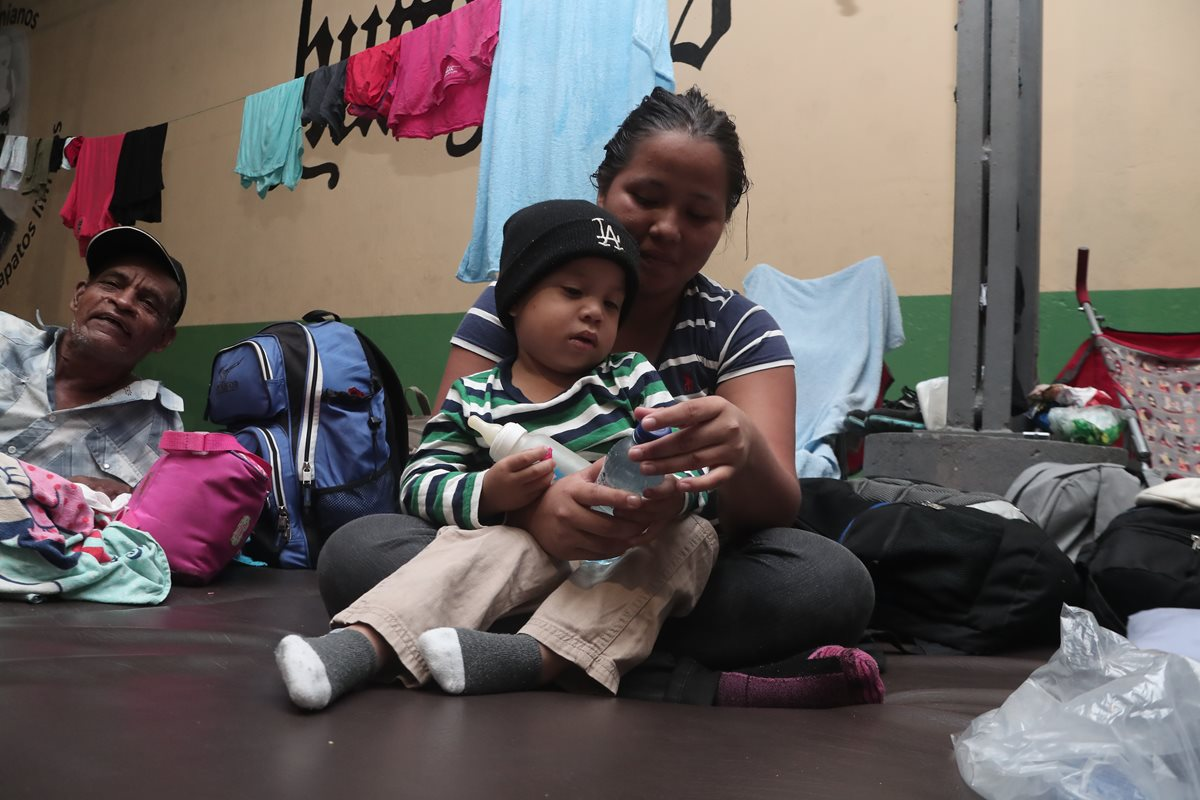 Una mujer hondureña y su hijo reciben atención en el albergue Casa del Migrante de la zona 1. (Foto Prensa Libre: Hemeroteca PL)