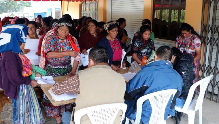 Mujeres de la etnia mam, de Cajolá, Quetzaltenango, son atendidas en español por personal del Ministerio de Agricultura, Ganadería y Alimentación. (Foto Prensa Libre: Carlos Ventura)
