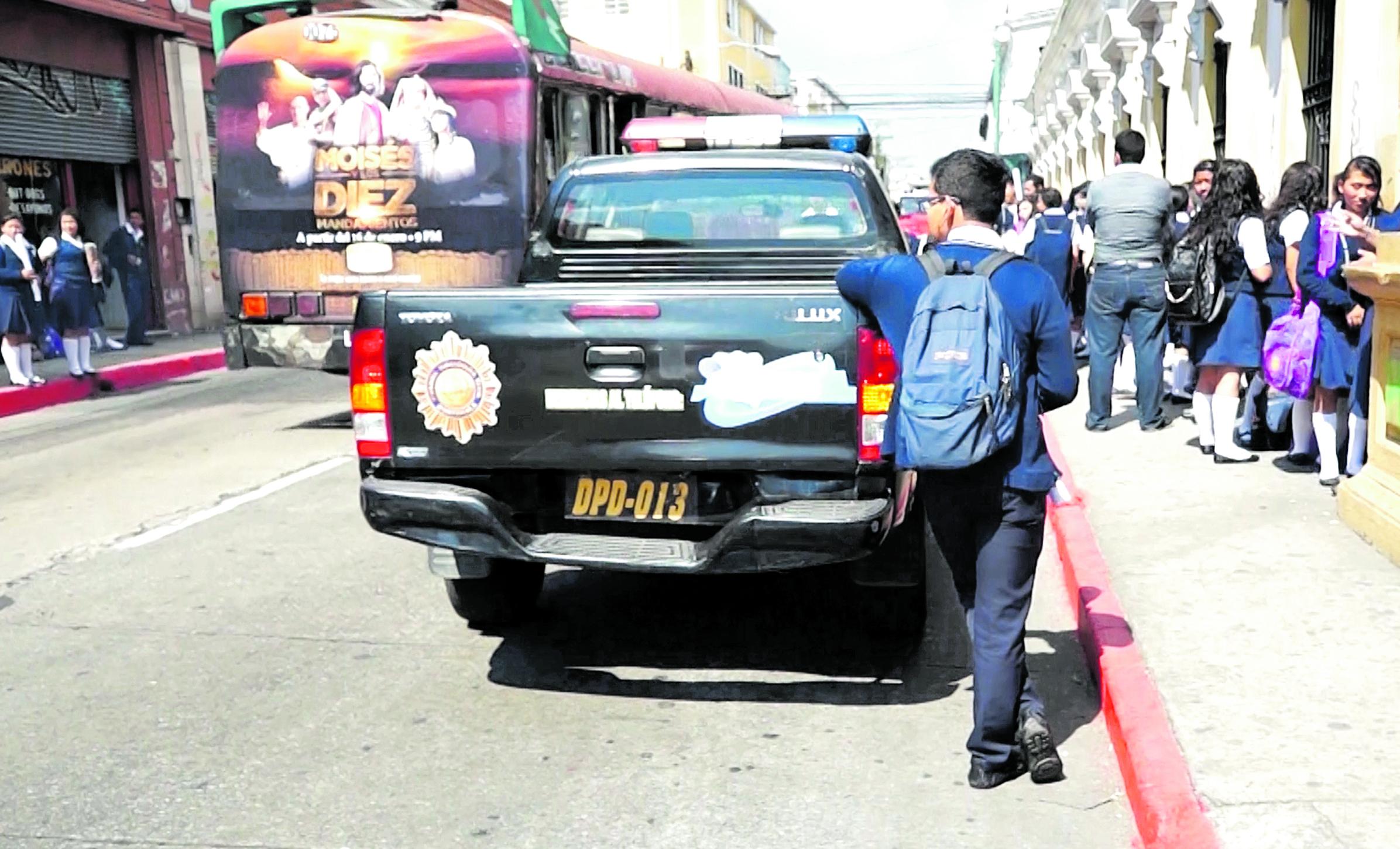 A pesar de existir seguridad de la PNC en alrededores de los centros educativos, se advierte de otros peligros.(Foto Prensa Libre: Hemeroteca PL)