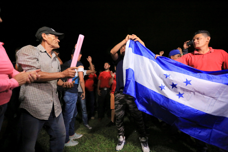 Grupos de ciudadanos hondureños llegan a la terminal de buses de la ciudad de San Pedro Sula previo a partir en caravana. (Foto Prensa Libre: EFE).