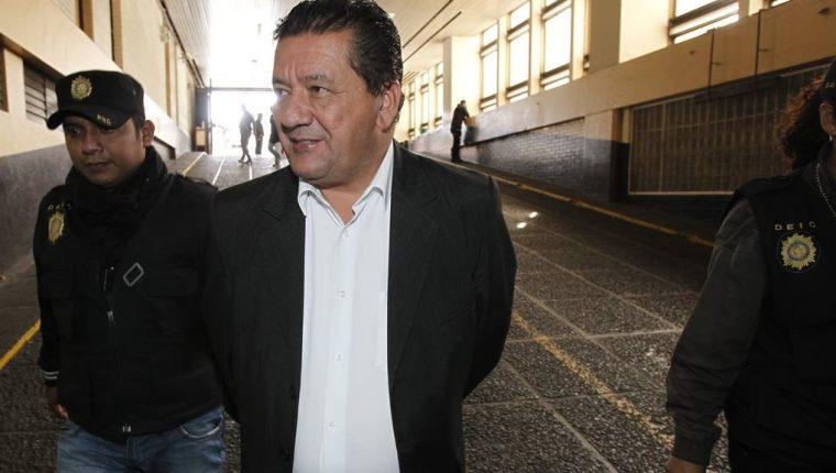 Víctor de Jesús Duarte Mendoza es llevado al Juzgado Sexto Penal para responder por supuestos casos de corrupción cometidos en Udevipo. (Foto Prensa Libre: Paulo Raquec)