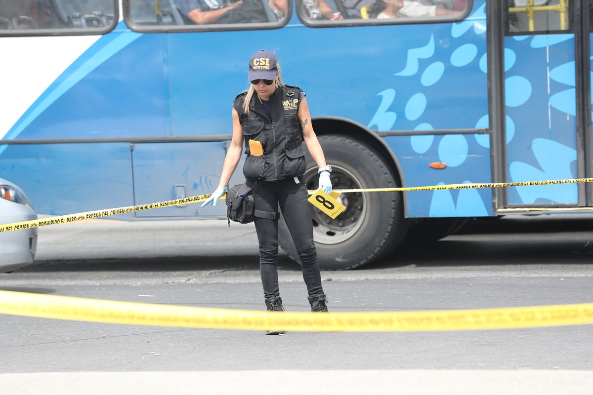Peritos del Ministerio Público recolectaron evidencias en el lugar donde atacaron un vehículo comercial de Movistar en cercanías del Mercado la Parroquia, zona 6. (Foto Prensa Libre: Hemeroteca)