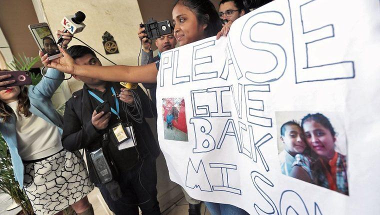 Elsa Johanna Ortiz, durante una protesta para que le devolvieran a su hijo el pasado 10 de julio. (Foto Prensa Libre: Hemeroteca PL)
