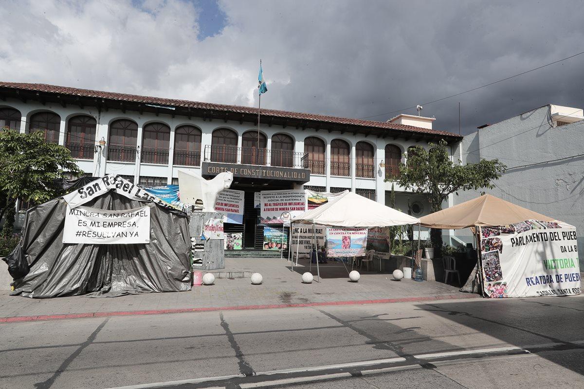 Grupos a favor, como trabajadores y extrabajadores de la mina San Rafael, y en contra de la minera, los grupos de comunidades de Santa Rosa, acampan por separado frente de la Corte de Constitucionalidad (CC) desde hace meses. (Foto, Prensa Libre: Juan Diego González).