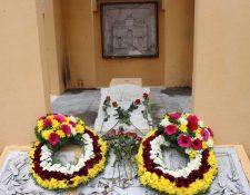 En el panteón de los mártires se colocó una ofrenda floral para recordarlos. (Foto Prensa Libre: María José Longo)