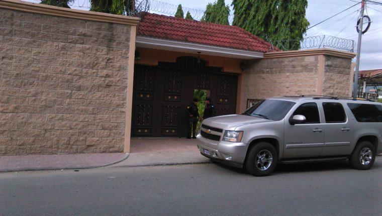 Residencia del exdiputado Baudilio Hichos, en la cabecera de Chiquimula, es allanada por la PNC. (Foto Prensa Libre: Edwin Paxtor)