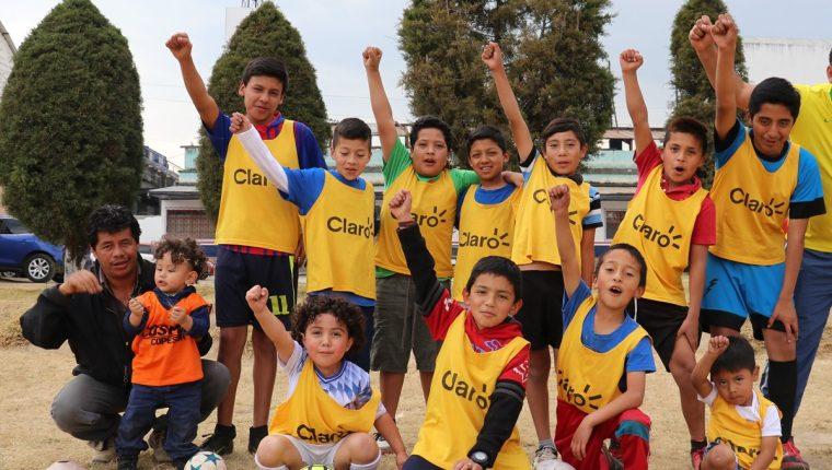 El entrenador Francisco Batres junto a algunos de los menores que practican futbol  en la academia fef2f94a3e9b4