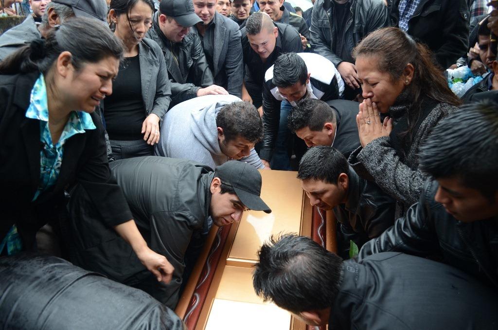 Familiares y vecinos dan el último adiós a Juan Fernando Martínez. (Foto Prensa Libre: Mike Castillo).