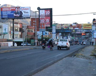 La avenida Las Américas de Quetzaltenango es una de las preferidas para instalar vallas publicitarias, debido a que cada día transitan miles de vehículos por el sector. (Foto Prensa Libre: María José Longo)