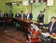 El concierto de marimba se lleva a cabo en el edificio de Gobernación en Quetzaltenango. (Foto Prensa Libre: Carlos Ventura)