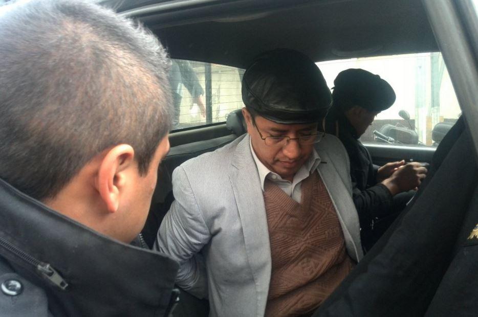 Elder Fuentes García, intendente de Fiscalización de la SAT, ingresa a Tribunales. (Foto Prensa Libre: Jerson Ramos)