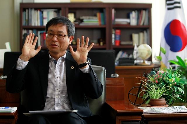 El embajador LEE Woonho le preocupa que Guatemala no sea parte del bloque comercial entre Centroamérica y Corea. (Foto Prensa Libre: Carlos Hernández)