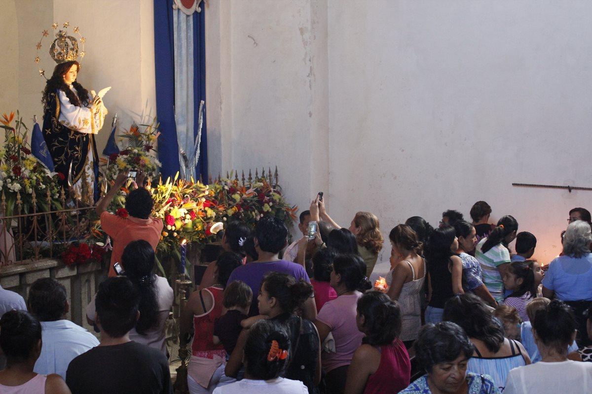 Fieles veneran a la Virgen de Concepción, en Escuintla. (Foto Prensa Libre: Melvin Sandoval)